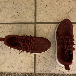 Puma maroon size 8 barely worn shoes